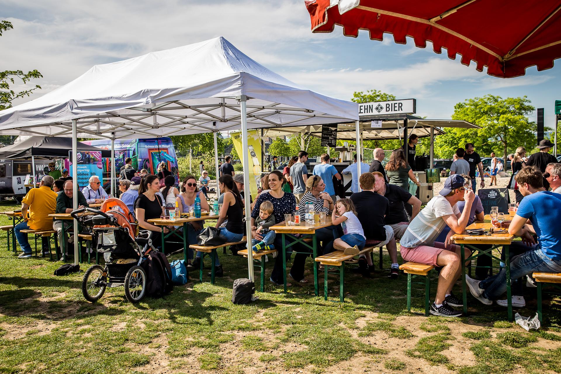 Zelte und Tische für Festivals